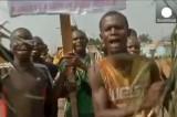 Жители Банги празднуют отставку президента Джотодиа. Кадр Euronews