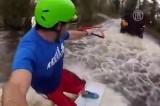 Сёрфинг по затопленной дороге в Британии. Кадр NTDTV