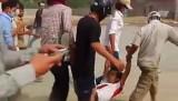 Бастовщики несут раненого в ходе столкновений с полицией в Камбодже. Кадр NTDTV