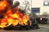 Работники Goodyear жгут покрышки в знак протеста против закрытия завода. Кадр Euronews