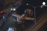 Легкомоторный самолёт сел на автотрассу в Нью-Йорке. Кадр LifreNews