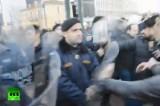 Драка протестующих с полицией в Афинах. Кадр RT