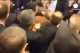 Драка в турецком парламенте. Кадр Euronews