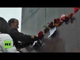 Жители Харькова несут цветы к постаменту снесенного памятника Ленину