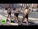 Участницы FEMEN осквернили крест в Ватикане