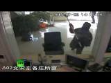 В Китае мужчина попытался ограбить банк с помощью кувалды