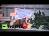 Москвичи приносят цветы к зданию французского посольства