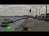 Житель Гаваны разъезжает по городу на велосипеде высотой 5,4 метра