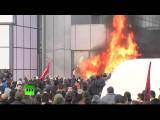 В Косово протестующие подожгли здание парламента