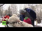 Москвичи несут цветы и игрушки к дому убитой няней девочки